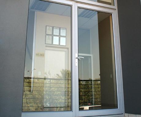 Kelebihan Kekurangan dan Pilihan Jenis Pintu Aluminium